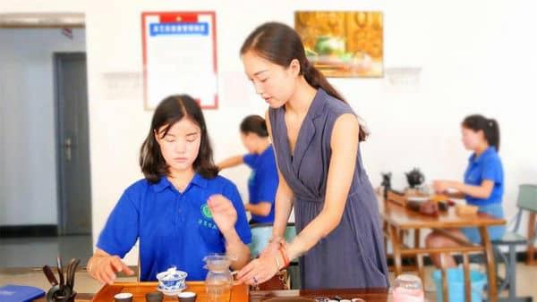 高铁教师习茶艺——由艺臻道 以道统艺